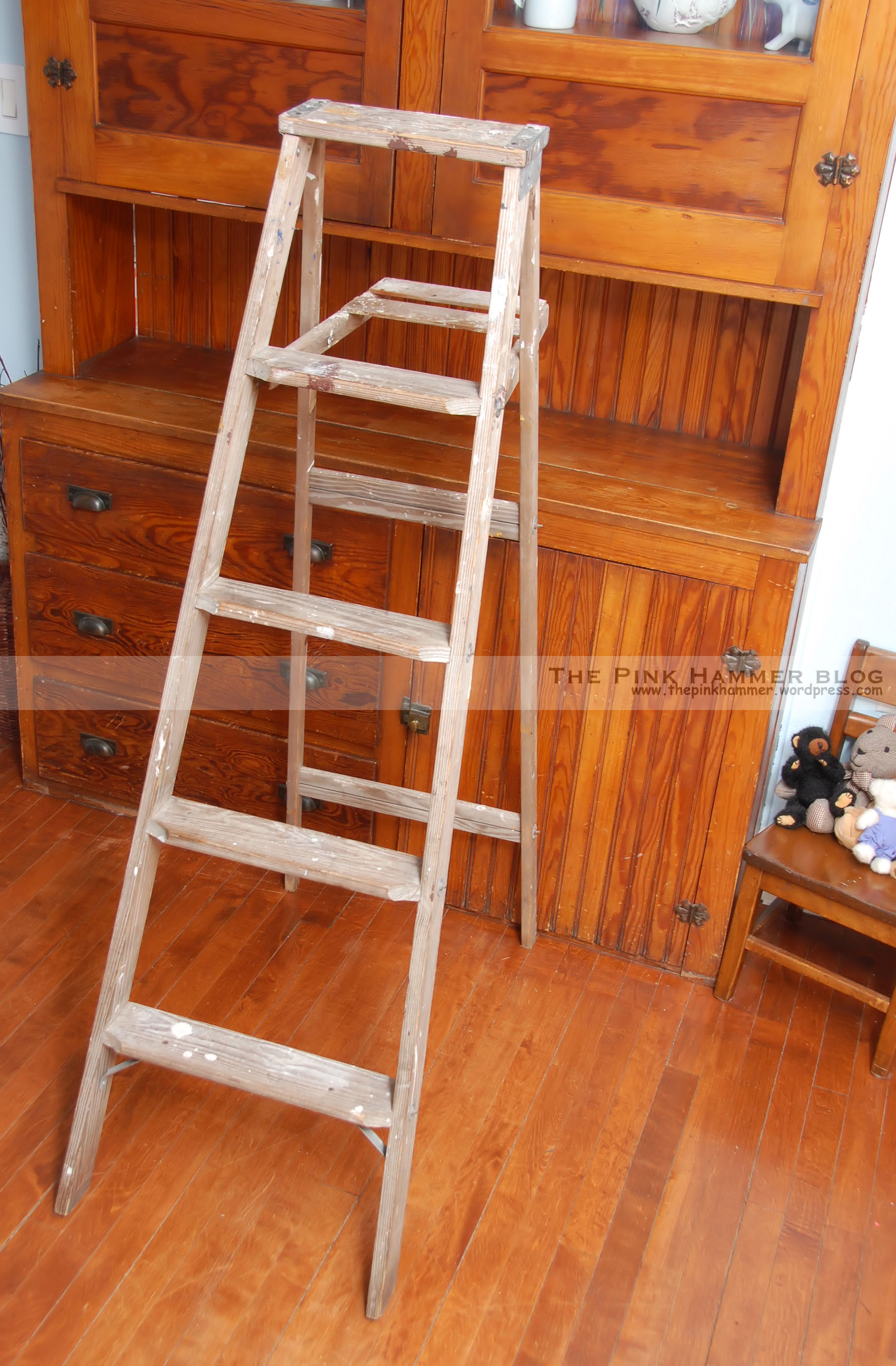 Upcycle old wood ladder into bookshelf diy rustic home for Old wooden ladder projects